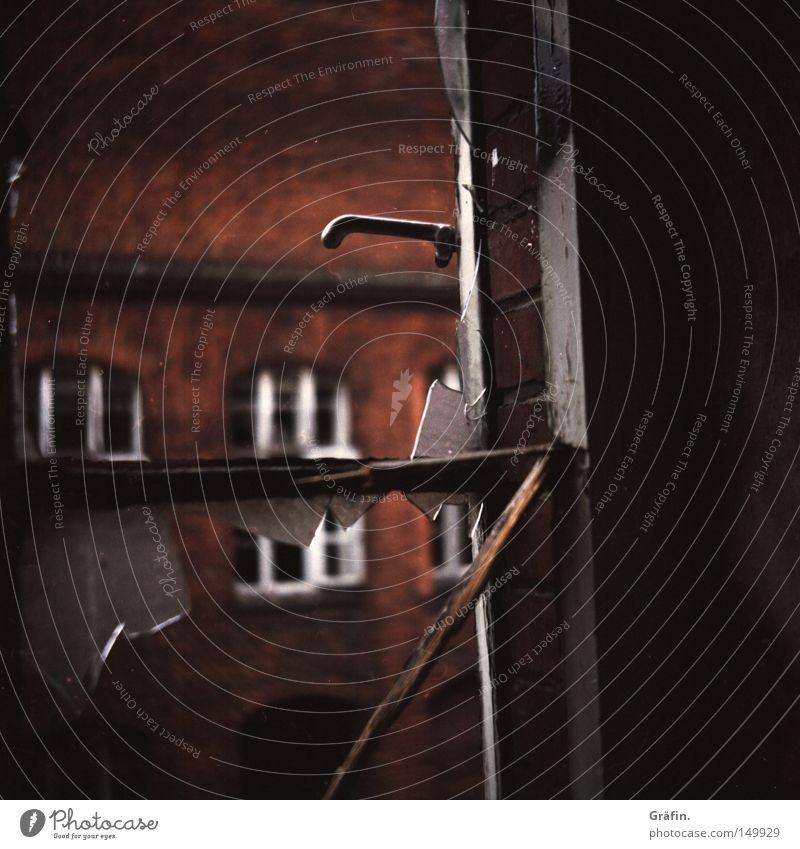 H 08.2 Splitter Fenster alt kaputt Industriefotografie Haus Backstein Fensterscheibe Scherbe gebrochen zerborsten Glassplitter Griff Fensterrahmen schließen