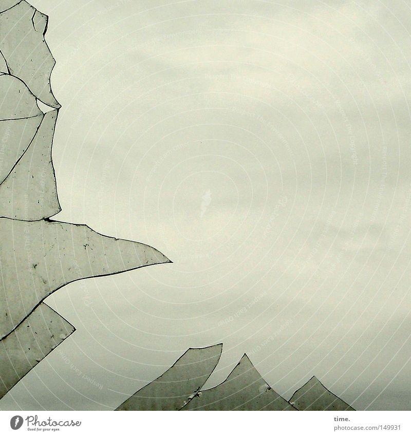 H08.2 – Chief Bromden's Way Himmel Wolken Ferne Herbst Fenster grau Traurigkeit Stimmung Raum Glas Wetter gefährlich offen kaputt bedrohlich Spitze