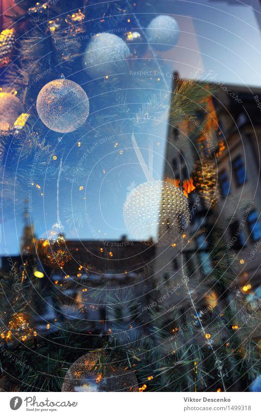 Weihnachtsschmuck durch verkratzte Fenster Natur blau schön weiß Landschaft Haus Winter Schnee Stil Gebäude Feste & Feiern hell Design Wetter