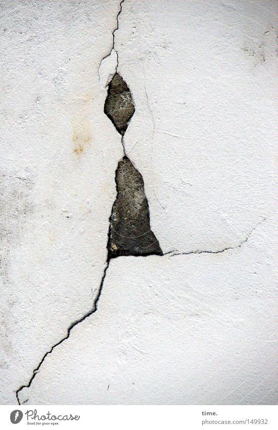 H08.2 – Keine Atempause. Geschichte wird gemacht. Es geht voran! Farbe Wand Stein Mauer Beine Kunst gehen Bild Gemälde Putz Riss Figur abblättern marschieren