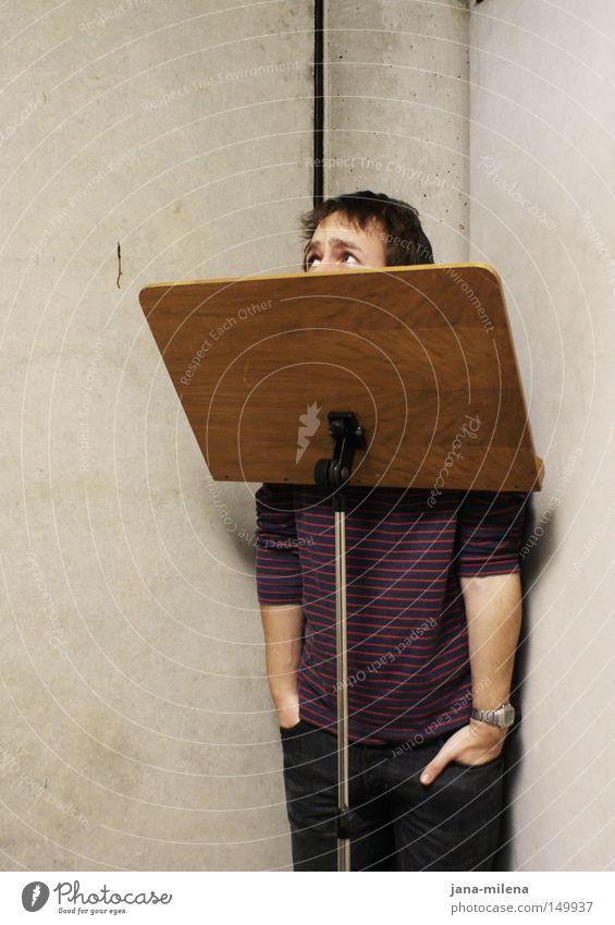 Kann ich rauskommen?? Mann Hand Musik Angst Beton Ecke stehen obskur verstecken Pullover Fragen Panik Schüchternheit üben verdeckt schuldig