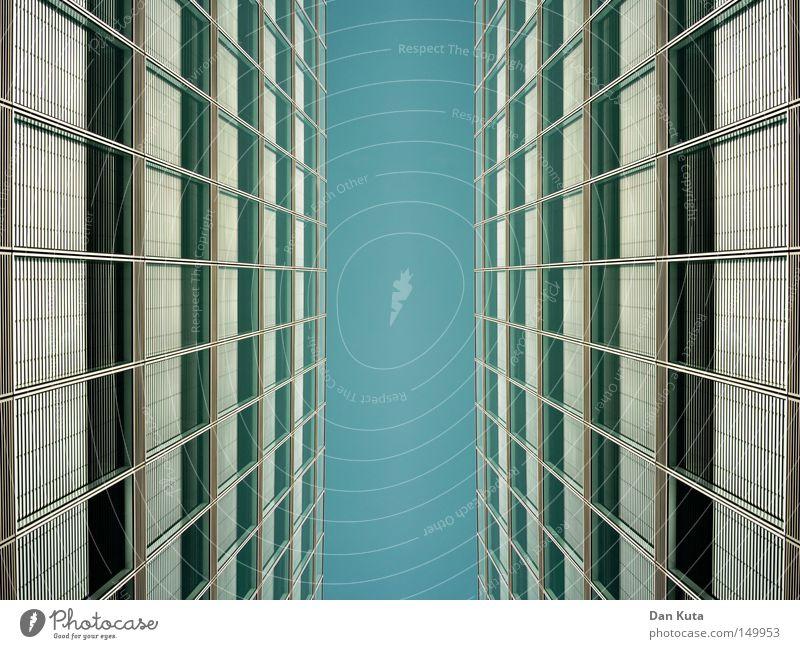Gegensätze Himmel blau Haus Wand springen Stil oben Fenster Mauer Gebäude Linie Architektur Glas gehen laufen fliegen
