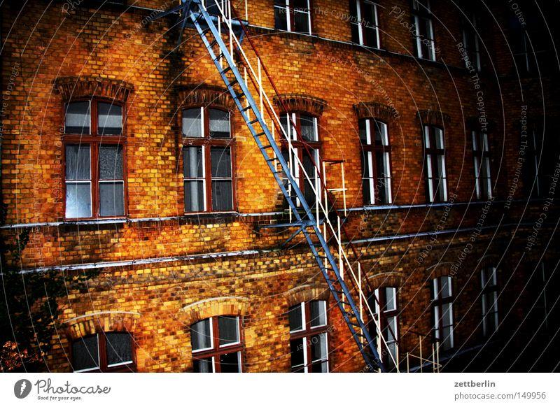 New York Haus Stadthaus Mieter Vermieter Gebäude Fassade Fenster Fensterfront Backstein Feuerleiter Leiter aufsteigen Abstieg Abend Dämmerung Berlin