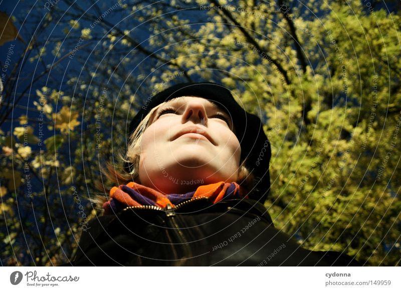 Herbstzeitlose Jahreszeiten Blatt mehrfarbig gelb Baum Natur Zeit Himmel Wind Sonne Mensch Frau feminin Porträt heizen genießen Erholung Verbundenheit
