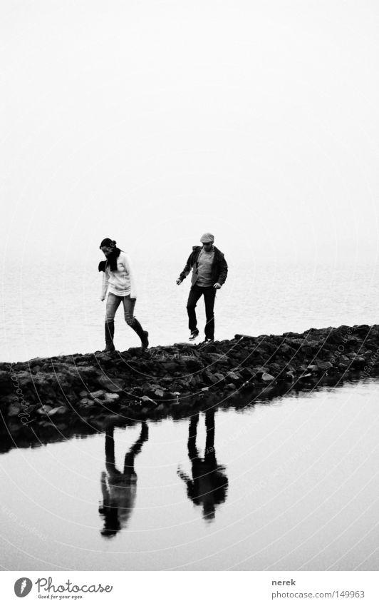 Die 2 Bruchpiloten Wasser ruhig Ferne kalt Wege & Pfade Traurigkeit Paar Eis Zeit Zusammensein gehen Nebel laufen warten wandern paarweise