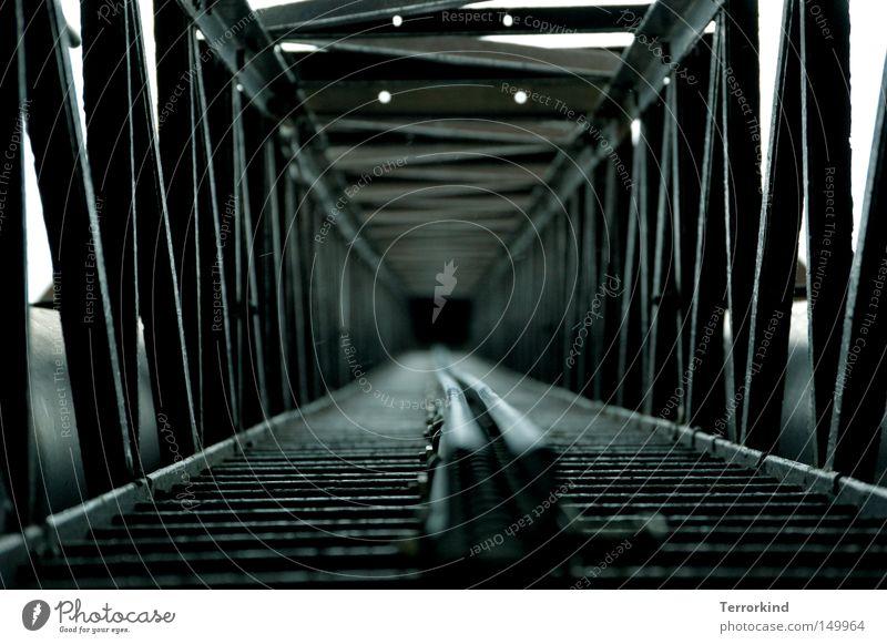 [H08.2] Im.Regen.ankommen. weiß grün blau schwarz Herbst oben Metall Angst Wetter hoch Industrie Sicherheit Metallwaren unten aufwärts