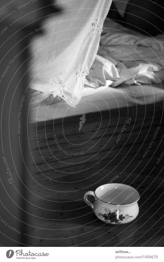 nachttopfnostalgie | historisch Häusliches Leben Wohnung Bett Schlafzimmer Nachttopf braun schwarz weiß Nostalgie Bettdecke Innenaufnahme