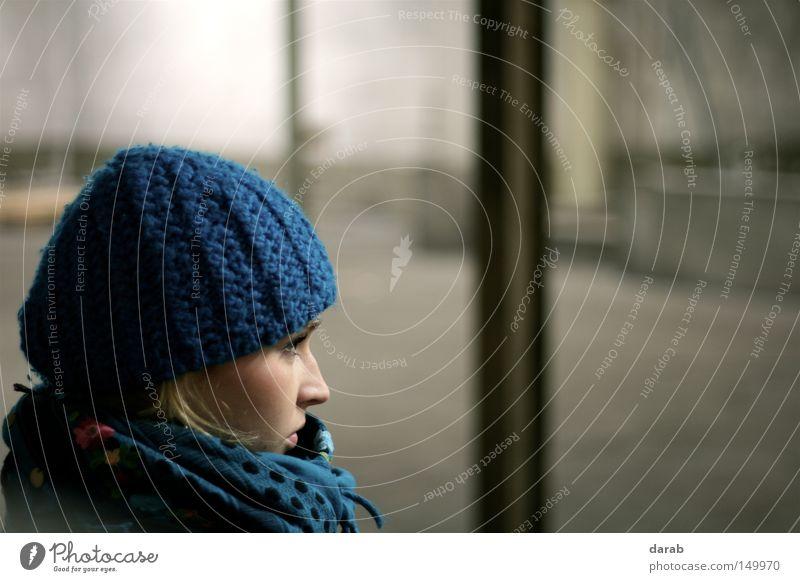 Still in the Hall Frau Mensch schön blau Winter kalt feminin Stil Denken warten blond Nase Ecke Mütze Seite