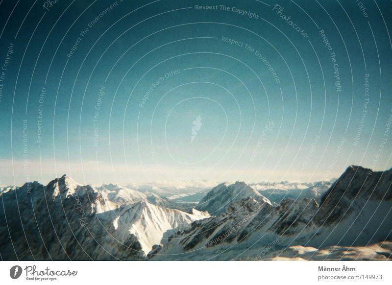 Ein Zug zur Spitze. Himmel Wolken Winter Ferne kalt Schnee Berge u. Gebirge Landschaft groß Alpen Gipfel analog Aussicht Gletscher Blauer Himmel Vignettierung