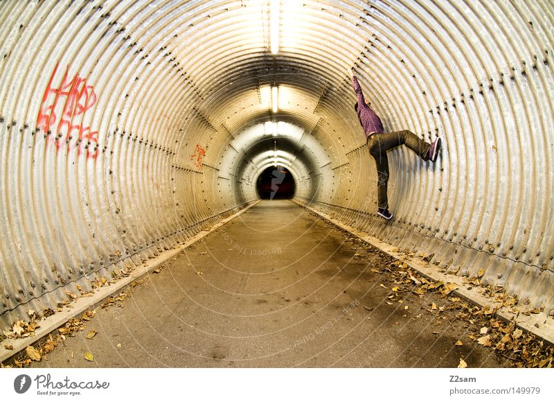 spiderman Mensch Mann Einsamkeit Blatt dunkel Architektur Bewegung Herbst Stil stehen Schriftzeichen Perspektive Beton rund London festhalten