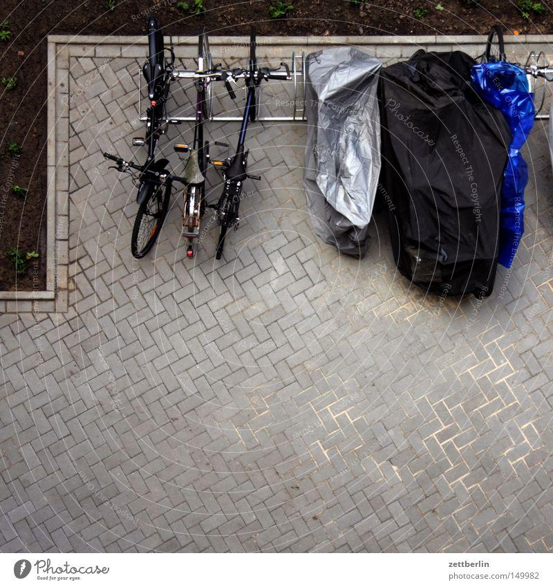 Fahrradparkplatz Park Platz fahren Rad Verkehrswege Parkplatz Kleinmotorrad Hinterhof Hof Fahrer Motorrad Vorhof