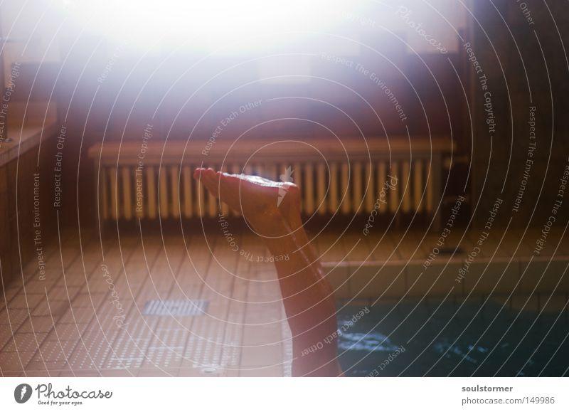 Kopfstand Fuß Beine Schwimmbad Nebel beschlagen feucht Heizkörper Heizung Beckenrand Badehose Wasser nass Erholung Freude kopfvoran falsch Sonne Wassersport