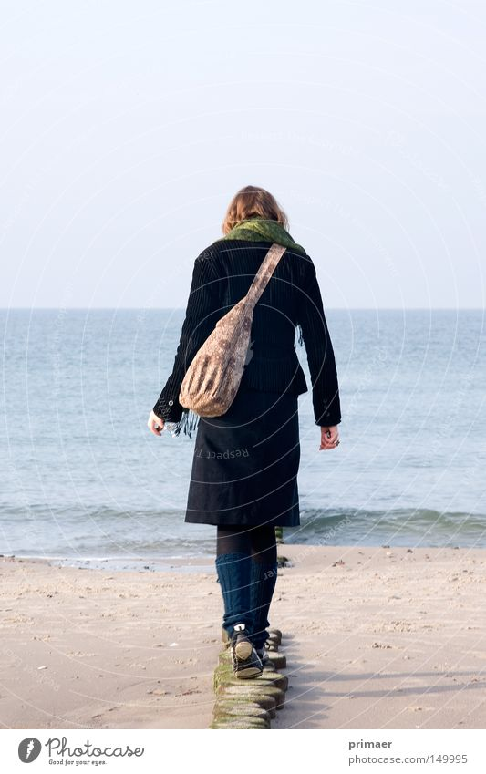 Weg ins Meer Frau Natur Wasser schön Himmel Meer blau Strand Ferien & Urlaub & Reisen ruhig Einsamkeit Ferne Erholung Herbst Freiheit Holz