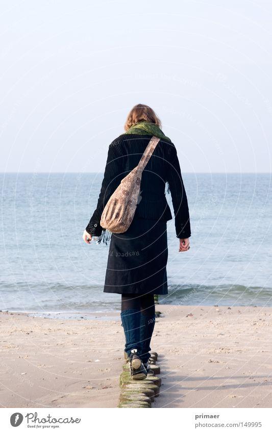 Weg ins Meer Frau Natur Wasser schön Himmel blau Strand Ferien & Urlaub & Reisen ruhig Einsamkeit Ferne Erholung Herbst Freiheit Holz