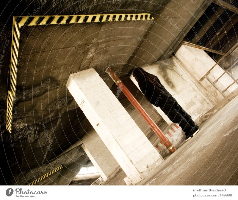 DARK [UNDER] STANDING Trauer Müdigkeit Einsamkeit knien Verzweiflung Kraft leer fertig blau Alkoholisiert unfähig Treppe Leiter aufsteigen Gangway Fußtritt