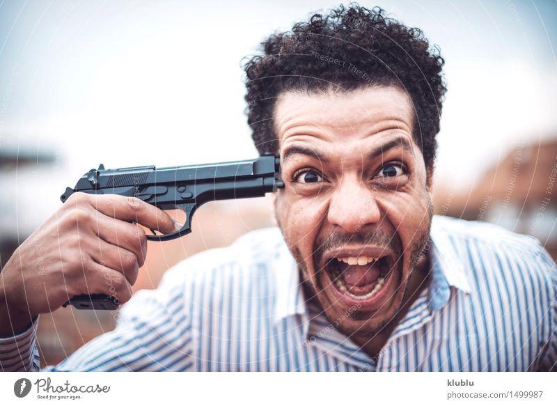 Überzeugter attraktiver Mulattemann mit einer Gewehr Mann weiß schwarz Erwachsene gefährlich niedlich Model Polizist Waffe Selbstmord Pistole töten Mafia