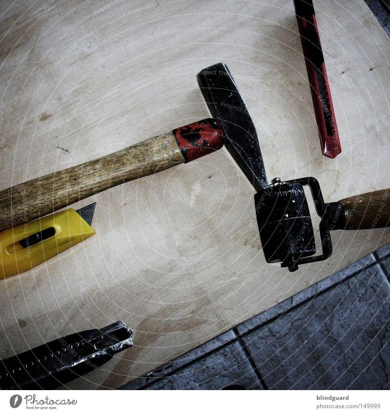 Die Jungs Renovieren Photocase Hammer Messer Werkzeug Rolle Holz Boden gelb rot Handwerk Handwerker verschönern Umbauen Softwareaktualisierung tapezieren