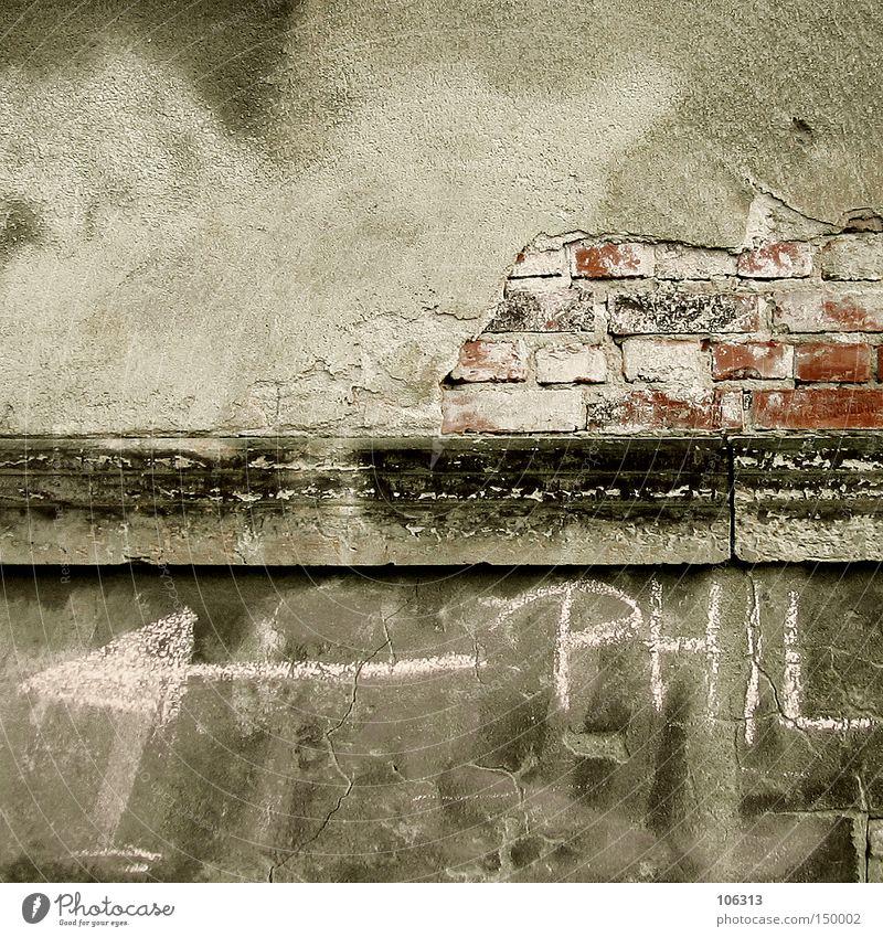 <––– PHIL Wand dreckig Putz Pfeil Pfeile Kreide Schriftzeichen Schriftstück Text Typographie Backstein Stein schäbig Industrie phil philbert alt wandgestaltung
