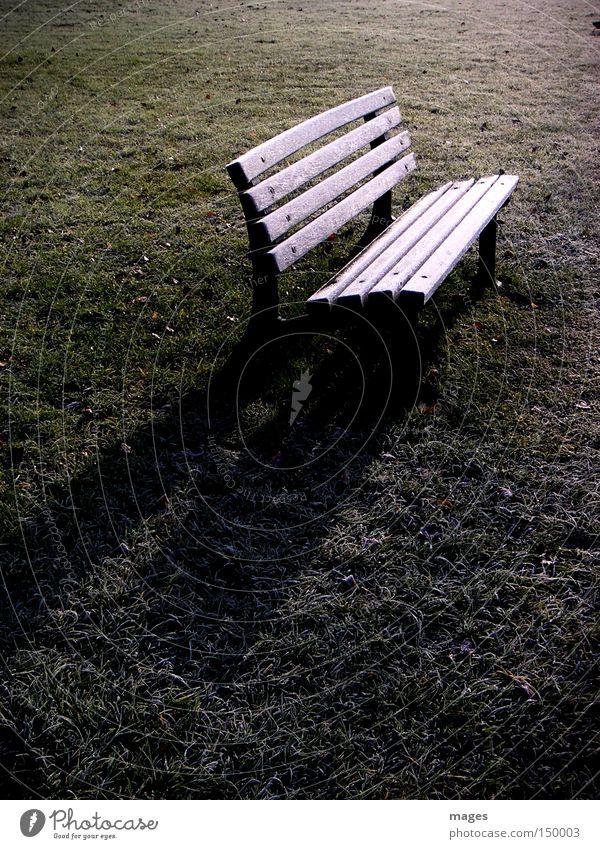 PHIL ist zur Zeit nicht zu Hause Bank Parkbank Raureif Frost Morgen Schatten Rasen Wiese Einsamkeit Reflexion & Spiegelung kalt Winter November Möbel Spätherbst