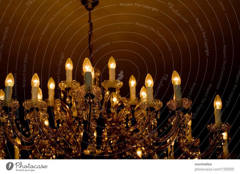 gleich geht hier das Licht aus Lampe Leuchter Kronleuchter hell hängen schön herrschaftlich Monarchie Gefühle Langzeitbelichtung Decke alt Baumkrone