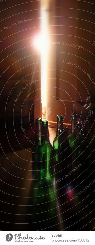 Nächtlicher Trunkenheitsmoment Bier Momentaufnahme Flasche Licht Tür Alkoholisiert Rest Türspalt Nacht Flur Vergänglichkeit