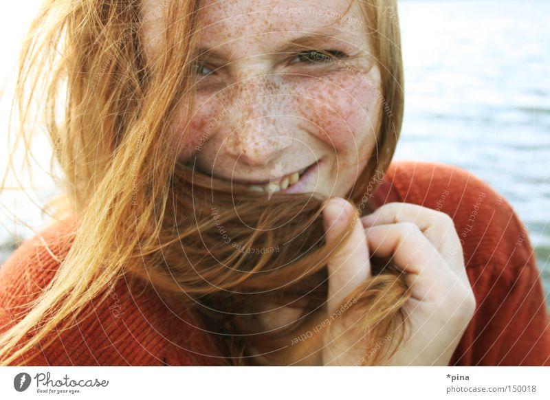 lächeln Frau schön Meer rot Gesicht kalt lachen Haare & Frisuren Porträt Wind Mensch Fröhlichkeit grinsen Sommersprossen rothaarig Ausstrahlung
