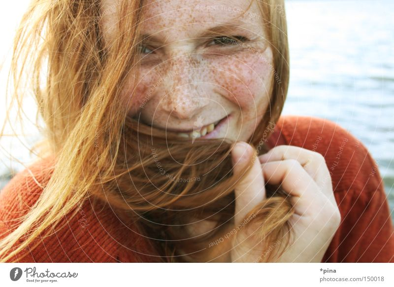 lächeln Frau schön Wind kalt Meer Porträt Sommersprossen rothaarig zerzaust Fröhlichkeit lachen grinsen Ausstrahlung Livia woman cute beautiful windy cold sea