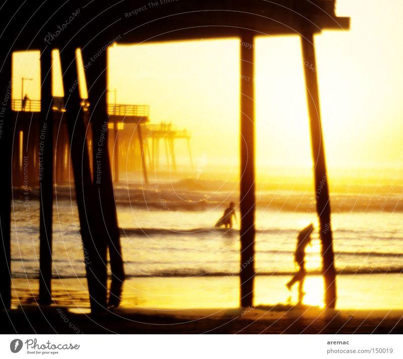 Wellenreiter Wasser Meer Amerika USA Surfen Surfer Sonnenuntergang Anlegestelle Holz Schwimmen & Baden Ferien & Urlaub & Reisen Kalifornien Promenade Licht