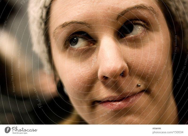 mutt dat sein ? Porträt Gesicht Mütze Auge drehen skeptisch lachen nachsichtig Piercing Frau Augen verdrehen