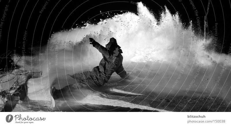 backlightspray Schnee Winter Snowboard Snowboarding Tiefschnee Nacht Aktion November Spray Kraft Freude Blitzlichtaufnahme Schwarzweißfoto Wintersport matzee