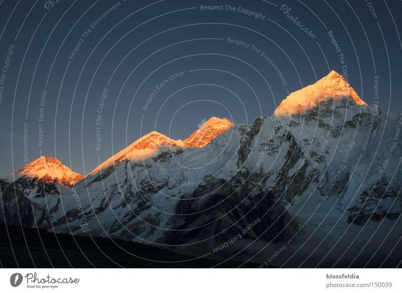 Everest und andere Berge Nepal Himalaya Spuren spurenlesen Eis Stein Sonnenuntergang Klettern steigen besteigen Aufsteiger Berge u. Gebirge Asien Gleise