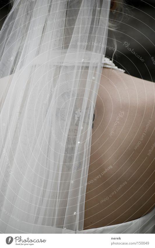 Braut Frau weiß schön Freude frisch ästhetisch Hochzeit Kleid Christliches Kreuz Kreuz Locken Tattoo Schulter Verliebtheit Prima Braut