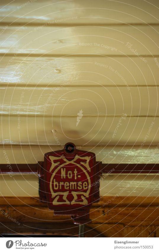 Notbremse Verkehr Eisenbahn alt Eisenbahnwaggon 1900 Farbfoto Innenaufnahme Textfreiraum oben historisch Schriftzeichen Wort Schilder & Markierungen