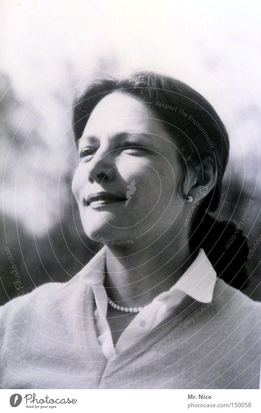 blick zurück Frau alt schön feminin Leben Gefühle Haare & Frisuren Glück lachen Zufriedenheit Kraft einzigartig retro Lippen Vertrauen