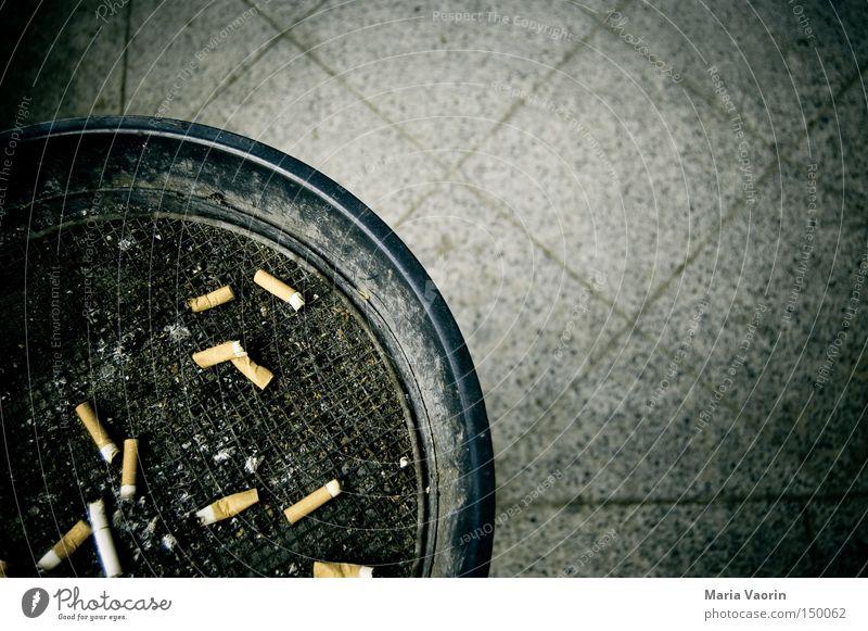 Abfalleimer in Kombination mit einem Ascher grau dreckig Rauchen Rauschmittel Ekel Bildausschnitt hässlich Sucht Anschnitt ungesund Aschenbecher Nikotin Zigarettenstummel ausgedrückt gesundheitsschädlich Nichtraucherschutz