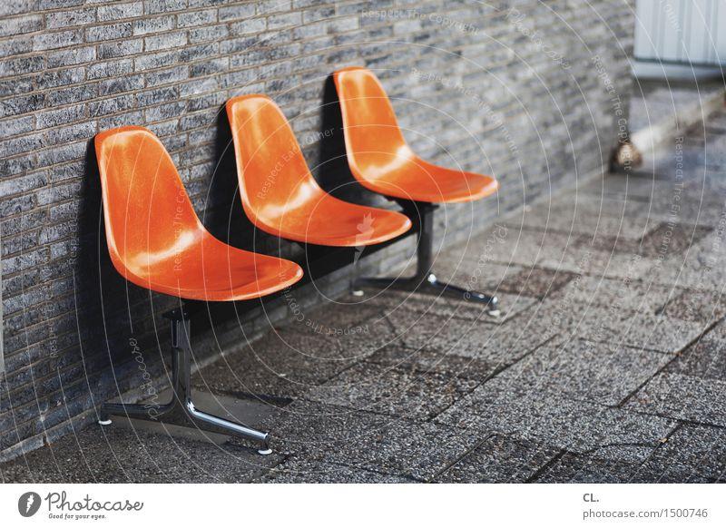 sitzecke Design Möbel Stuhl Mauer Wand Sitzgelegenheit Sitzecke Sitzreihe sitzen orange Kontakt Langeweile Pause Farbfoto Außenaufnahme Menschenleer
