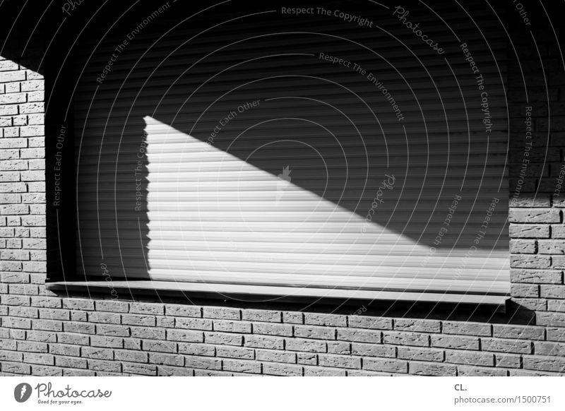 rollo Haus Einfamilienhaus Architektur Mauer Wand Fenster Rollo Jalousie Backstein Fensterbrett eckig Häusliches Leben Schwarzweißfoto Außenaufnahme