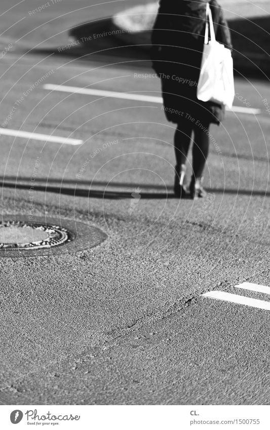 über die straße Mensch feminin Frau Erwachsene Leben 1 Verkehr Verkehrsmittel Verkehrswege Straßenverkehr Fußgänger Wege & Pfade Tasche Bewegung gehen