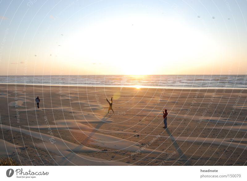 ein abend am strand Mensch Himmel Sonne Meer Sommer Strand Sand Freundschaft Erde malerisch