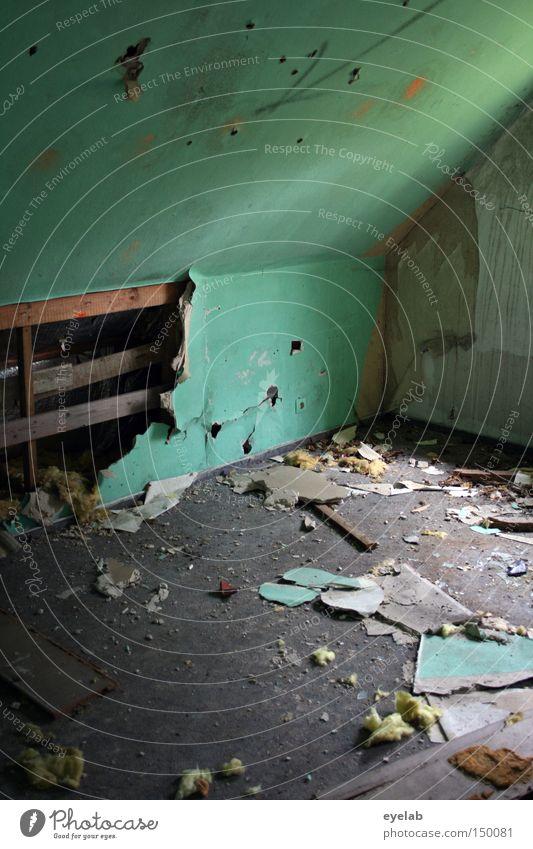 Wer wohnte in der Wand ? Raum desolat verfallen dreckig leer Penthouse grün türkis Gebäude Vergänglichkeit Zerstörung demoliert alt Loch Neigung