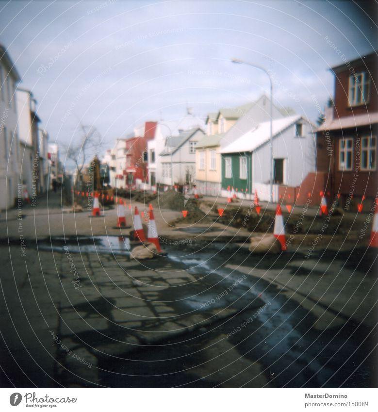 Ach Island... Straße Baustelle Wellblech nass Wasser Wassergraben Braunkohlentagebau gerissen Bagger gesperrt Holga Lomografie Verkehrswege Vignette