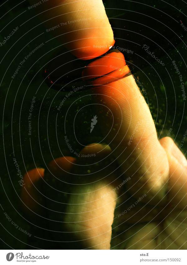 pointer Finger Zeigefinger zeigen Hand Reflexion & Spiegelung Flüssigkeit rot abstrakt Haut Faust obskur Farbe reflektion Strukturen & Formen Punkt