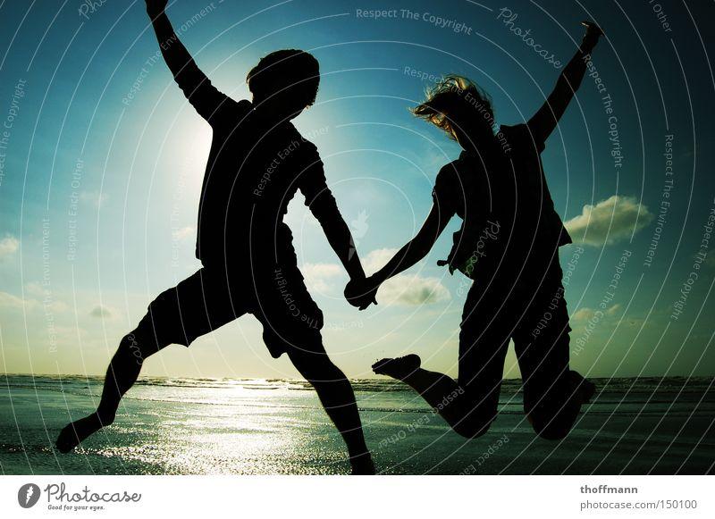 Jumpstyleholiday Küste Sonne Schatten springen Himmel Ferien & Urlaub & Reisen Freude Freundschaft Liebe Sommer Silhoutte Paar sprechen paarweise Liebespaar