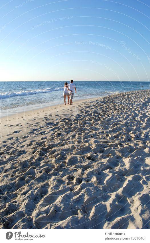 liebevolle Paare, die auf den sandigen Strand an einem sonnigen Tag gehen Lifestyle Freude laufen Ferien & Urlaub & Reisen Freiheit Sommerurlaub Valentinstag