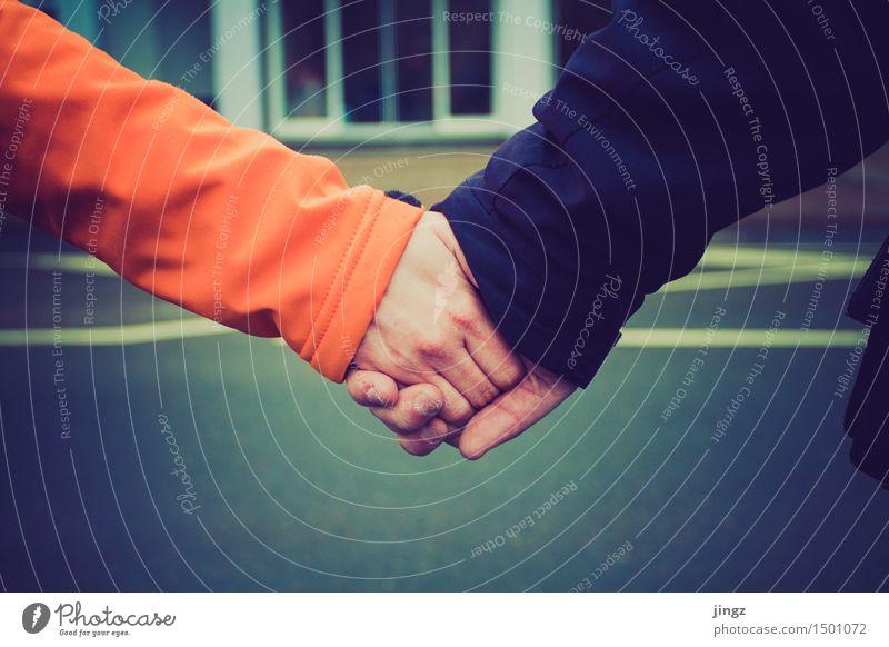 Wir gehören zusammen Mensch blau Hand Wärme Liebe Glück Zusammensein Freundschaft orange Zufriedenheit Lebensfreude Sicherheit nah Zusammenhalt Kontakt fest