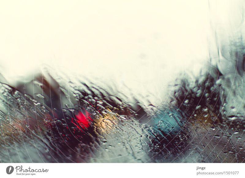 Alles nass, nichts trocken Wassertropfen schlechtes Wetter Regen beobachten leuchten warten kalt Sauberkeit weich blau gelb rot geduldig träumen geheimnisvoll