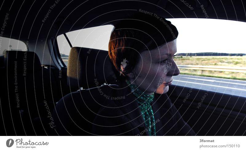 die_Fahrt KFZ Ferien & Urlaub & Reisen Reisefotografie fahren Frau Straße Wachsamkeit Konzentration Gedanke PKW untergehen Örtlichkeit vorwärts Ziel