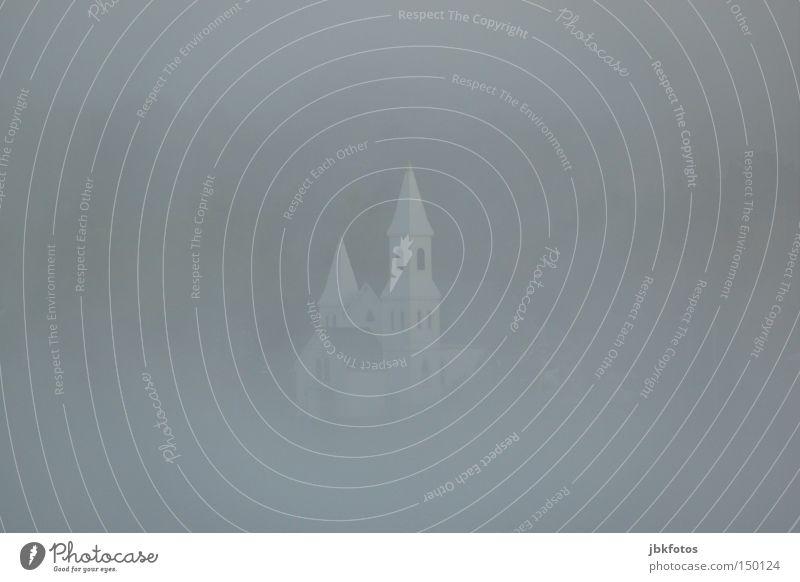 im Nebel versunken Religion & Glaube Kirche Kanada weiß grau trist Sonntag Glocke Glockenturm Turm Spitze Fenster Unschärfe Gotteshäuser Trauer Schnee