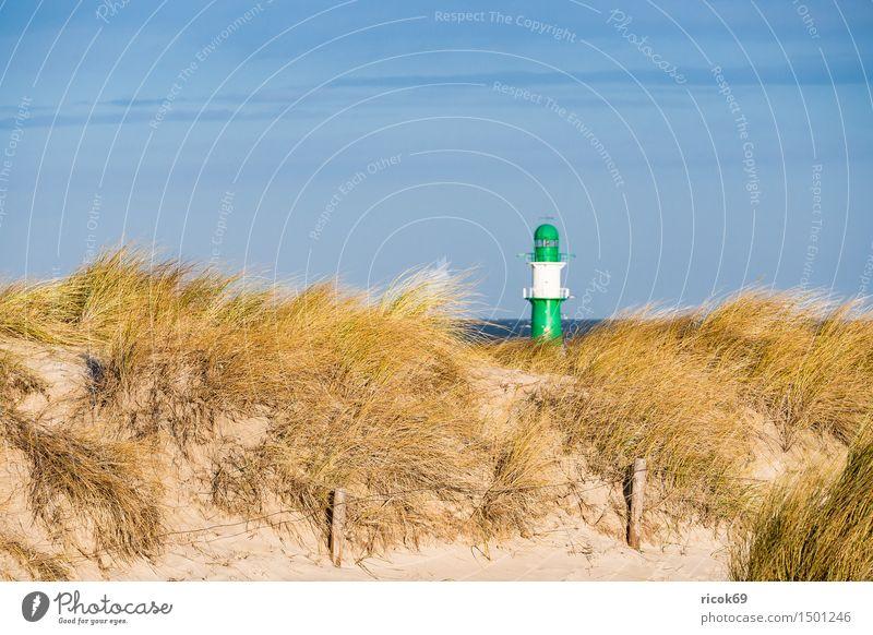 Düne in Warnemünde an der Ostseeküste Natur Ferien & Urlaub & Reisen blau grün Meer Landschaft Wolken Strand gelb Küste Tourismus Wind Zaun Sturm Leuchtturm