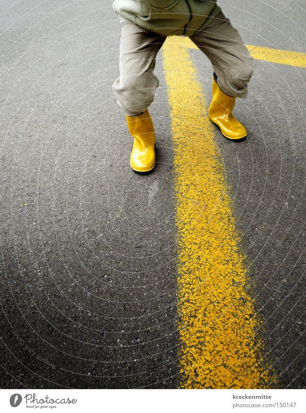 Spiel ohne Grenzen gelb grau Linie Kindheit Schuhe Streifen Asphalt Hose Verkehrswege Stiefel Parkplatz Platz Gummistiefel Kindergärtnerin